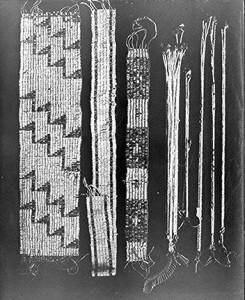 בתמונה - Wampum, מחרוזות אשר שימשו ככסף במסחר בין האינדיאנים לבין הקולוניאליסטים המערביים.